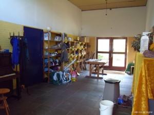 L'atelier de menuiserie et de construction est accessible à tous, le matériel est diversifié et provient souvent de récupération et de dons.