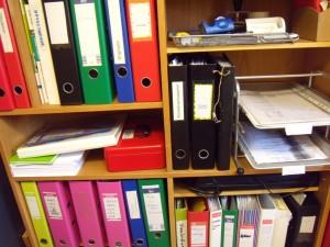Dans la salle d'administration, les documents sont accessibles à tous en tout temps: traces des assemblés d'écoles et des différents comités, cartable de règlements, documents fondateurs de l'école et papier de proposition et de règlements de conflit.