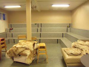 Kolossallen, comme son nom l'indique, est la grosse salle. C'est l'espace où se déroule les réunions du matin et les assemblés générales. C'est aussi un espace collectif de discussion et de jeux.