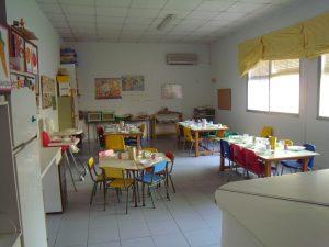 La salle des petits est prête pour le repas du midi. Des élèves plus âgés s'occupperont d'amener la nourriture et de servir.