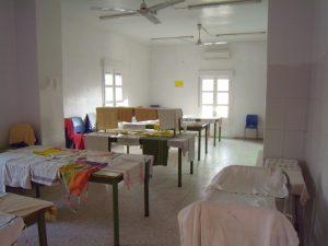La salle à manger des grands après le service et le ménage. Les tabliers et les linges à vaiselle seront ramassés plus tard par l'équipe responsable de la cuisine cette journée là.